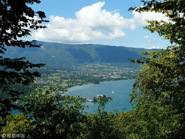 安纳西湖位于法国上萨瓦省,阿尔卑斯山脚下。由于上世纪六十年代实施的严格的环境管理措施,安纳西湖被誉为欧洲最清澈的湖。此外,小城安纳西位于安纳西湖北端,被誉为世界最美的100个小城镇之一。