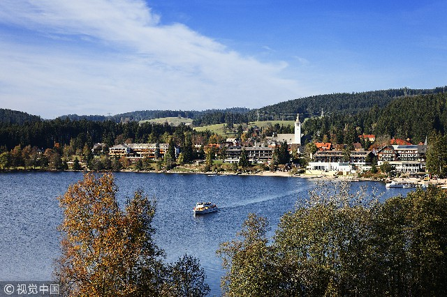 滴滴湖是德国最受欢迎的旅游景区之一,但却毫无想象中熙来人往的喧闹。它位于德国西南部巴符州黑森林地区,海拔858米,是黑森林地区最大的天然湖。虽然滴滴湖是德国西南部最小的湖之一,却是黑森林地区最漂亮的湖泊之一。
