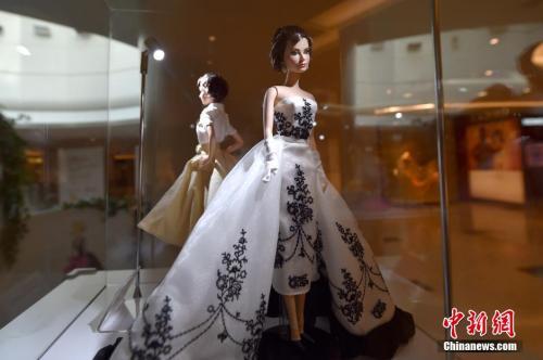 """资料图:2016年风靡全球的芭比娃娃""""再续经典Style must go on""""系列主题活动在北京国贸大厦举行。图为赫本定制款芭比娃娃。 中新网记者 金硕 摄"""
