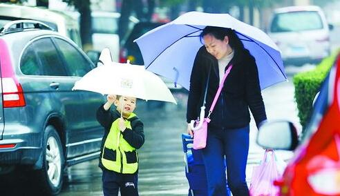 连日的降雨给出行的市民带来影响,但昨日降雨减弱了。