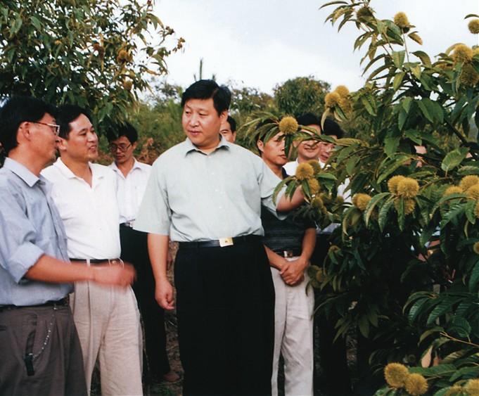 2000年9月,习近平总书记(时任福建省委副书记、省长)到挂钩帮扶点南平市政和县调研。(资料图片)