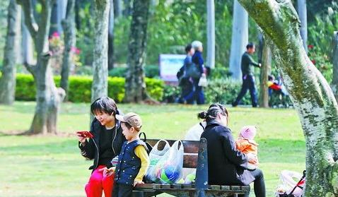 昨日转晴,市民到忠仑公园游玩