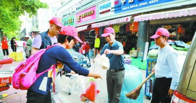 路长与吕厝社区的党员志愿者们共同清洁家园
