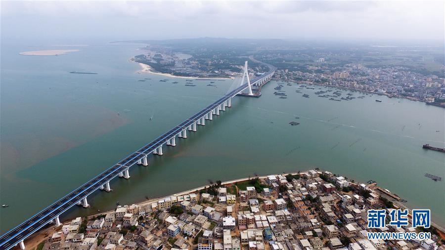 这是3月18日无人机拍摄的海南海文大桥。新华社记者郭程摄   海文大桥位于海南岛东北端东寨港出海口处,连接海口和文昌两市,大桥始自文昌市铺前镇,途经北港岛,接海口市江东大道,总投资约30.1亿元。该桥全长5.597公里,其中跨海大桥长约3.959公里,主桥长460米,塔高151.