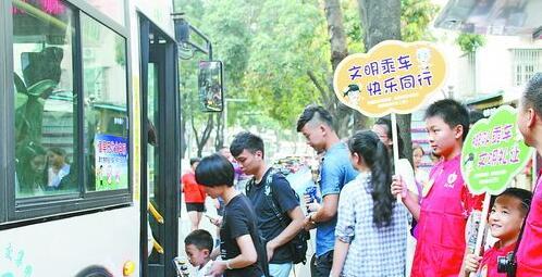 志愿者在公交车站引导市民有序乘车。(宗琴 摄)