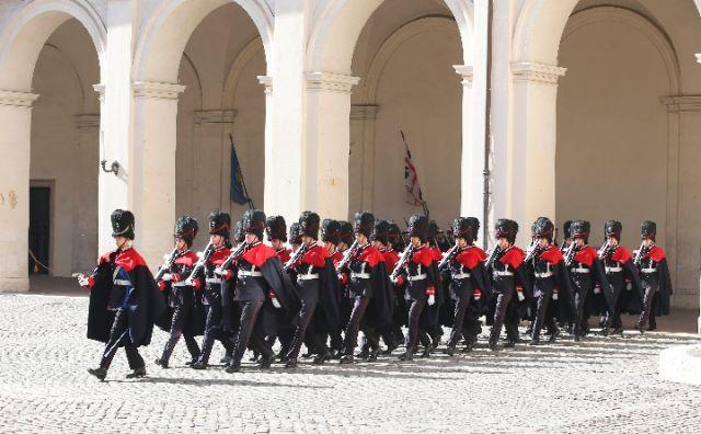 3月22日,国家主席习近平在罗马同意大利总统马塔雷拉举行会谈。会谈前,马塔雷拉总统为习近平举行隆重欢迎仪式。图为意大利礼兵在总统府列队准备迎接习近平。(新华社记者兰红光摄)