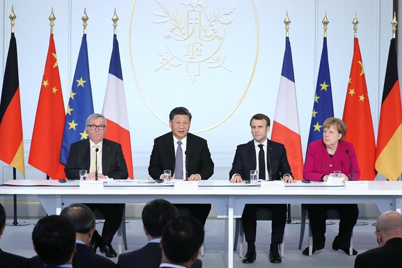3月26日,国家主席习近平在巴黎同法国总统马克龙一道出席中法全球治理论坛闭幕式。德国总理默克尔、欧盟委员会主席容克应邀出席。