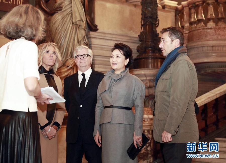 当地时间3月25日,国家主席习近平夫人彭丽媛在法国总统夫人布丽吉特陪同下参观位于巴黎市第九区的法国巴黎歌剧院。新华社记者 丁林 摄
