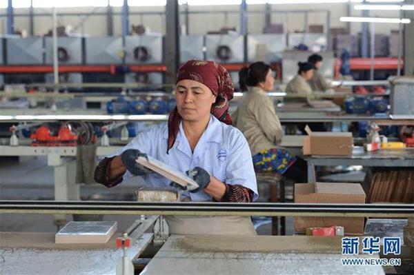 这是2017年5月1日,工人在乌兹别克斯坦锡尔河州鹏盛工业园区内的瓷砖生产车间工作。鹏盛工业园区是中国民营企业在乌投资建立的首个中乌合资工业园区。(图片来源:新华社)