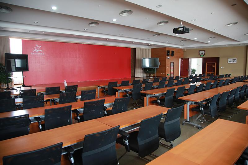 这是陕甘宁革命老区脱贫致富座谈会召开地——延安干部学院1号会议室。当天的会议从下午5点一直开到将近晚上8点。(延安干部学院供图)