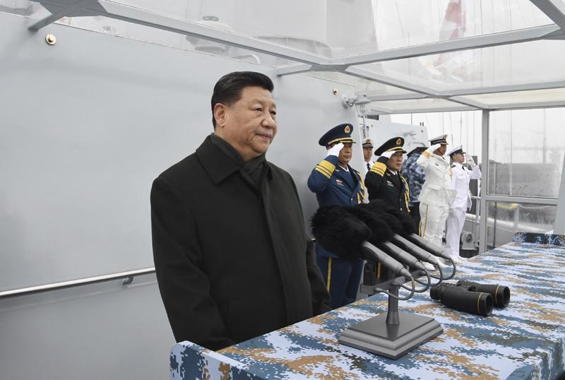 4月23日,在中国人民解放军海军70华诞之际,中共中央总书记、国家主席、中央军委主席习近平出席在青岛举行的庆祝人民海军成立70周年海上阅兵活动。图为习近平检阅舰艇编队。