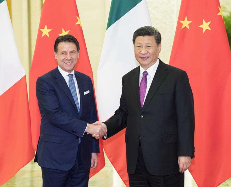 4月27日,国家主席习近平在北京人民大会堂会见意大利总理孔特。