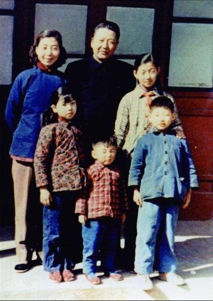 1959年,习仲勋、齐心夫妇和子女在一起。