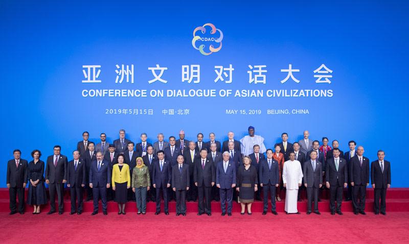 5月15日,国家主席习近平在北京国家会议中心出席亚洲文明对话大会开幕式,并发表题为《深化文明交流互鉴 共建亚洲命运共同体》的主旨演讲。这是开幕式前,中外领导人同出席开幕式的重要嘉宾代表合影留念。