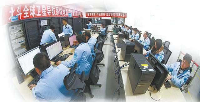 图为国防科技大学卫星导航技术创新团队正在进行科研攻关