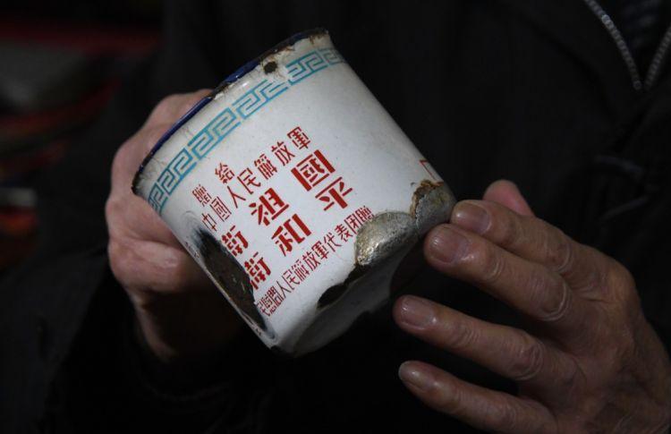 這是張富清珍藏了幾十年、補了又補的搪瓷缸(3月31日攝)。新華社記者 程敏 攝