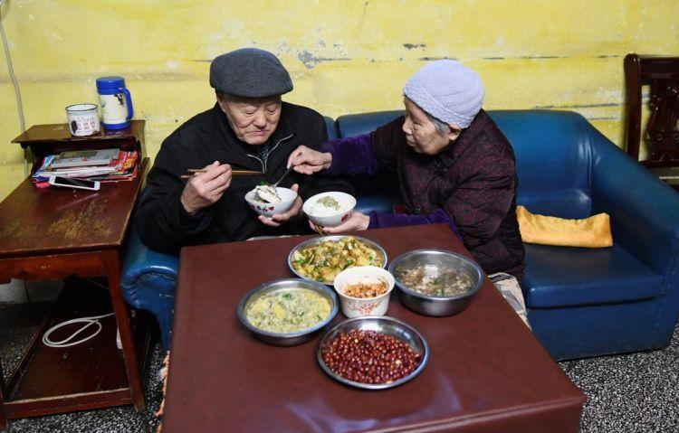 張富清和老伴在家吃晚飯(3月31日攝)。新華社記者 程敏 攝