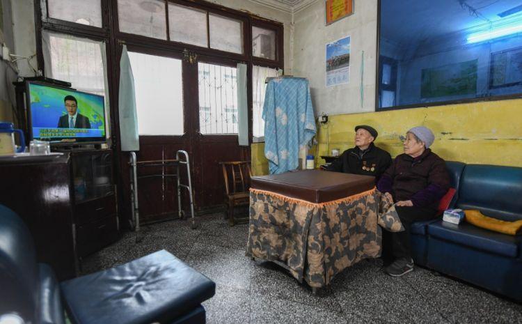 張富清和老伴在家看電視(3月31日攝)。新華社記者 程敏 攝