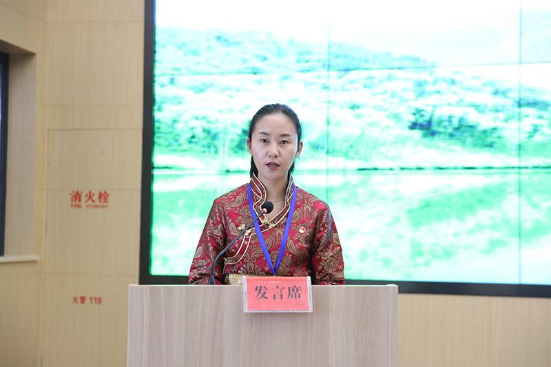 诺吉卓玛代表第六组学员发言
