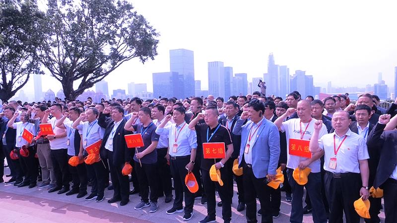 班委带领全体学员在邓小平塑像广场前重温入党誓词