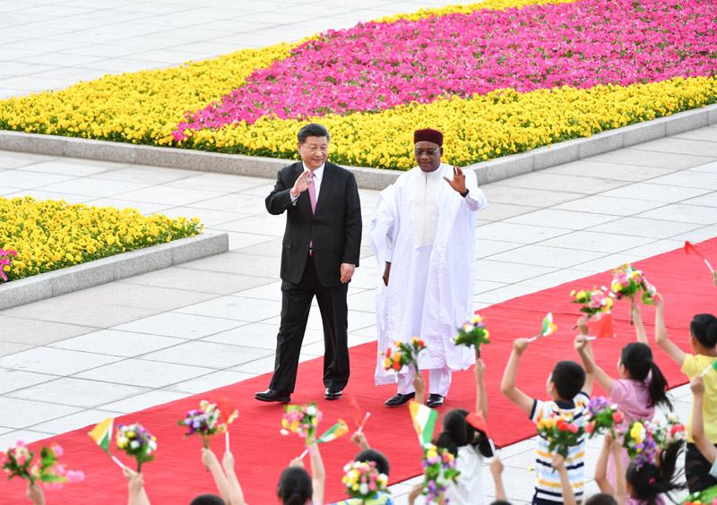 5月28日,国家主席习近平在北京人民大会堂同尼日尔总统伊素福举行会谈。这是会谈前,习近平在人民大会堂东门外广场为伊素福举行欢迎仪式。新华社记者 殷博古 摄
