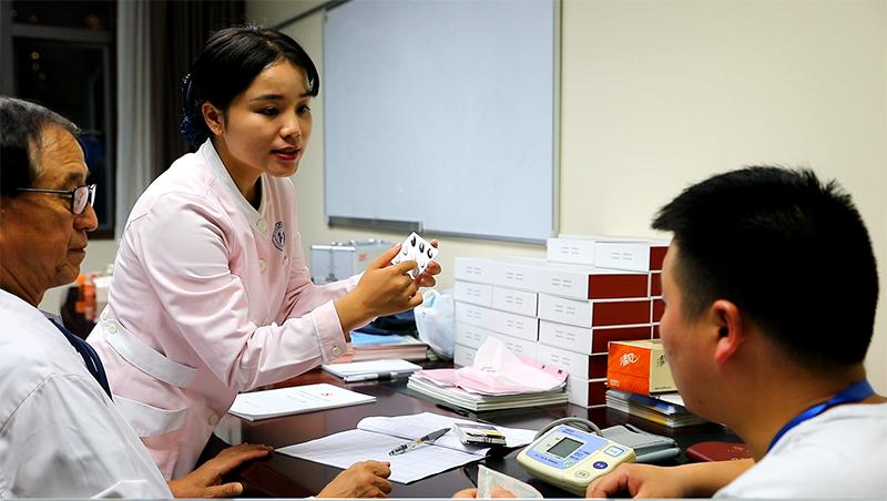 医务人员为学员诊疗