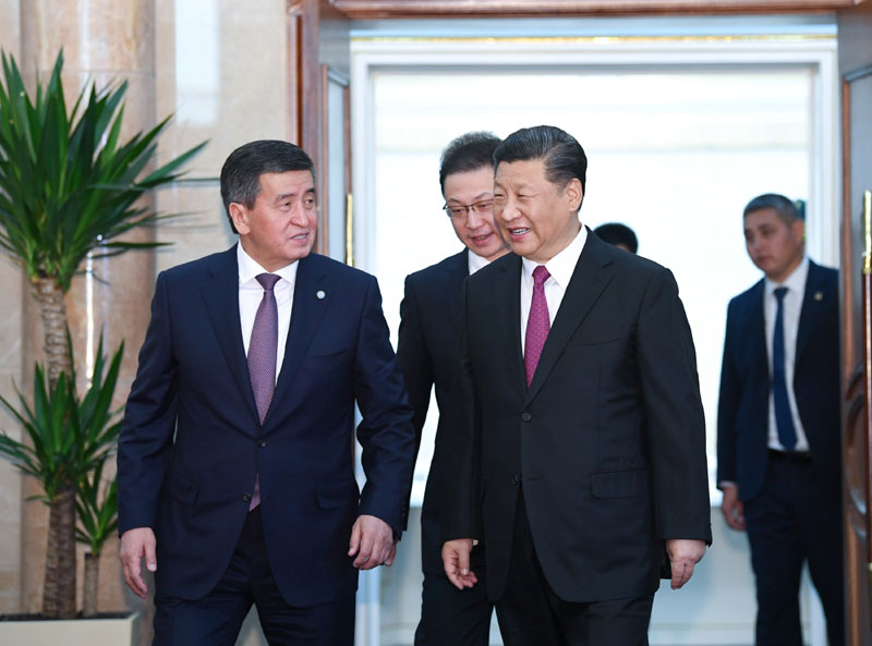 6月13日,国家主席习近平在比什凯克同吉尔吉斯斯坦总统热恩别科夫会谈。这是习近平同热恩别科夫步入会场。新华社记者 殷博古 摄
