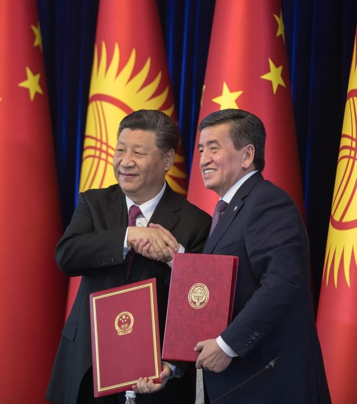 6月13日,国家主席习近平在比什凯克同吉尔吉斯斯坦总统热恩别科夫会谈。这是会谈结束后,两国元首共同签署《中华人民共和国和吉尔吉斯共和国关于进一步深化全面战略伙伴关系的联合声明》。新华社记者 费茂华 摄