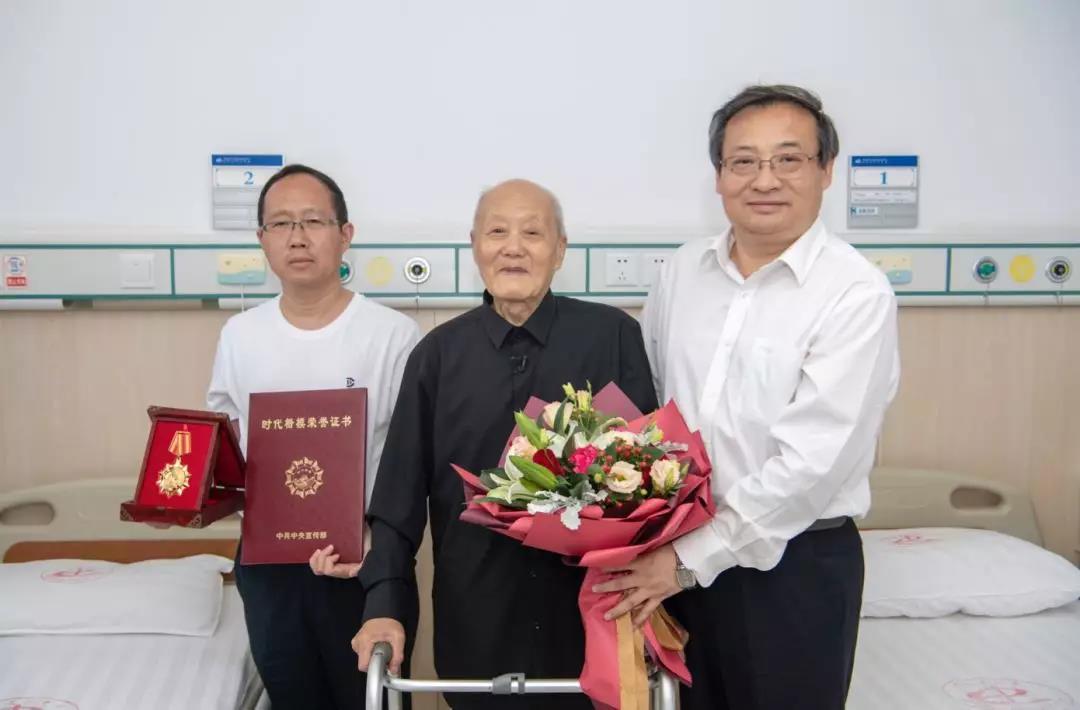 中宣部副部长梁言顺专程从北京赶到湖北来凤,在张富清疗养的医院为老人完成颁奖。