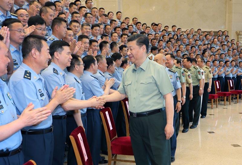 6月18日,中共中央总书记、国家主席、中央军委主席习近平在北京接见空军第十三次党代表大会全体代表。这是习近平同代表们亲切握手。新华社记者 李刚 摄