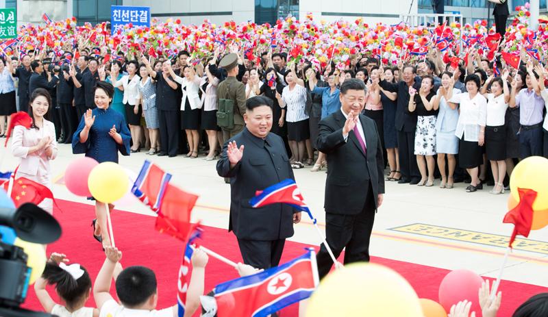 6月21日,中共中央总书记、国家主席习近平结束对朝鲜的国事访问离开平壤回国。离开前,习近平和夫人彭丽媛出席朝鲜劳动党委员长、国务委员会委员长金正恩和夫人李雪主在机场举行的欢送仪式。新华社记者 黄敬文 摄