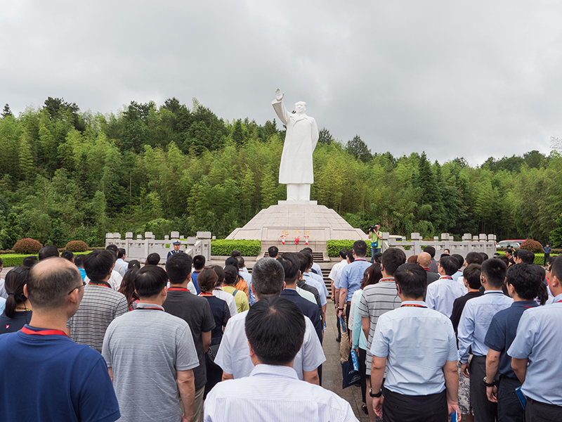 毛主席雕像前举行庄重的瞻仰仪式