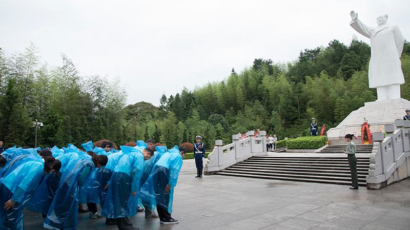 学员向毛主席雕像深深三鞠躬