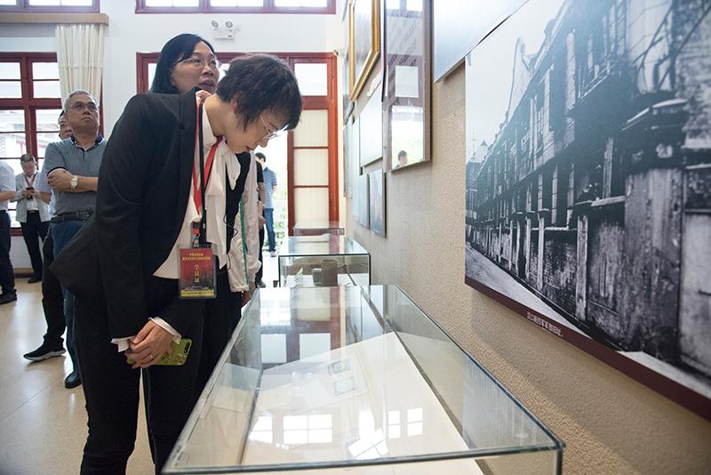 学员在古田会议纪念馆看实物陈列