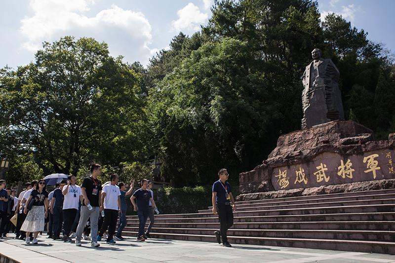 学员跟随讲解员经过杨成武将军纪念广场