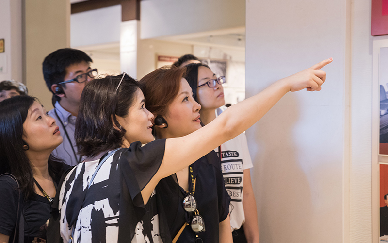学员在杨成武将军纪念馆内观看历史图片