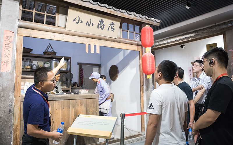"""学员在福建省苏维埃政府旧址里的""""红色小上海""""展馆聆听讲解"""