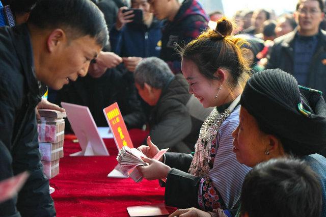 湖南湘西花垣县十八洞村村民在清点发放的产业收益金(2019年1月17日摄)。