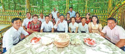新疆巴音郭楞蒙古自治州尉犁县兴平镇达西村村干部在一起。李 飞摄