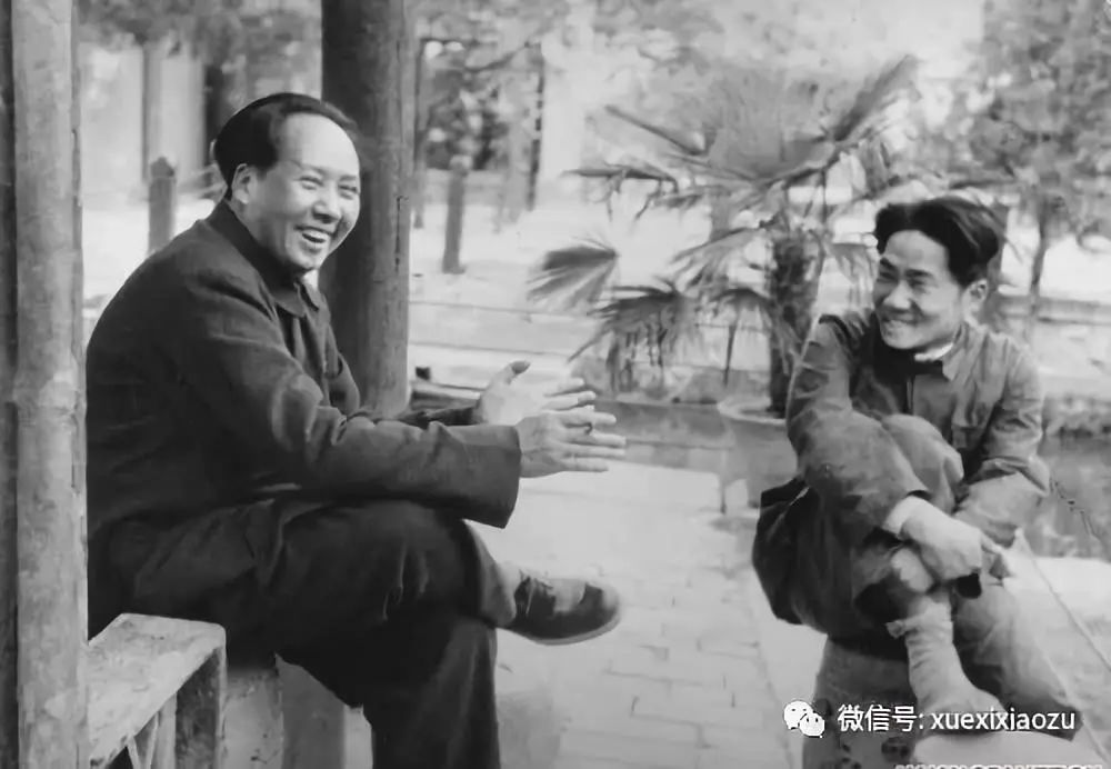1949年,毛泽东与毛岸英在香山双清别墅