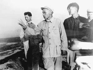 谷文昌同志(中)1958年在东山县深入基层指导工作。新华社发