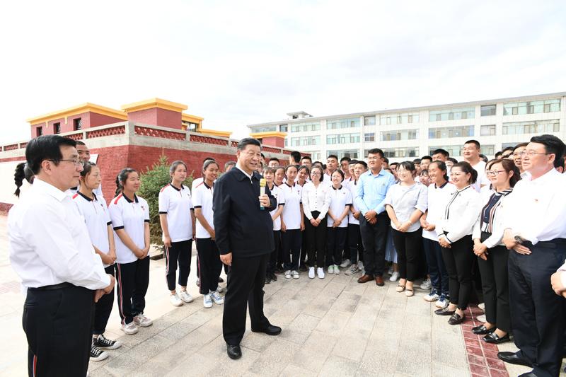 8月19日至22日,中共中央总书记、国家主席、中央军委主席习近平在甘肃考察。这是20日下午,习近平在张掖市山丹培黎学校同师生亲切交流。