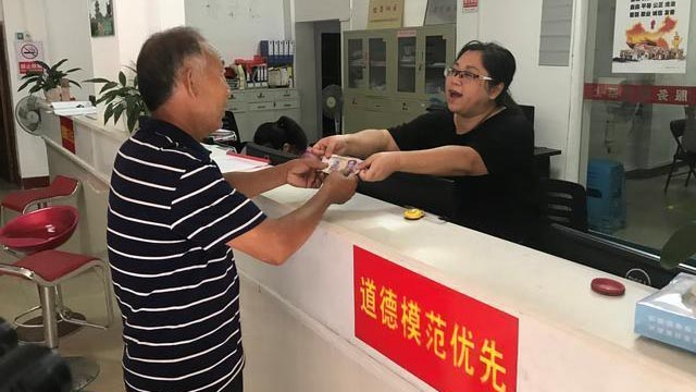 赣州章贡区某社区奖金兑换点(图片来源:都市现场))