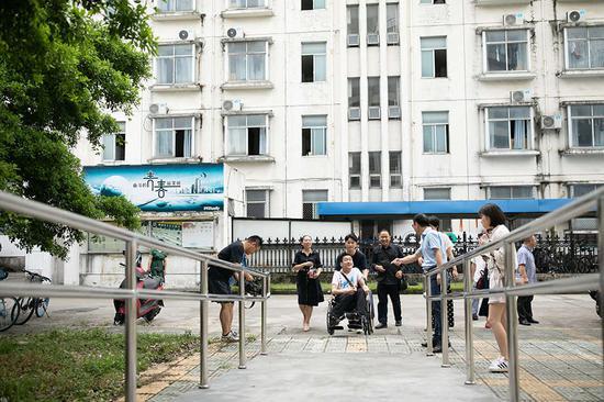 学校宿舍专为李新修建的无障碍通道。