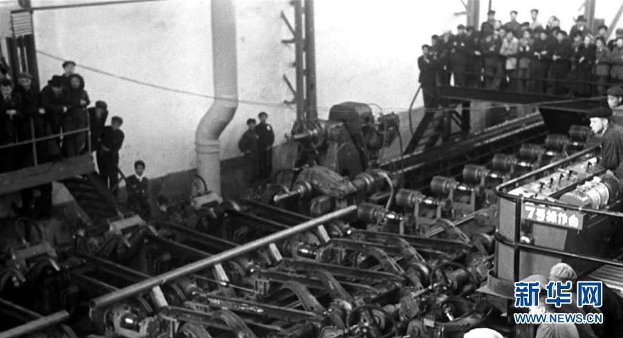 1953年10月27日,中国第一根无缝钢管在鞍山新建的无缝钢管厂试轧成功。新华社记者 李峰 摄