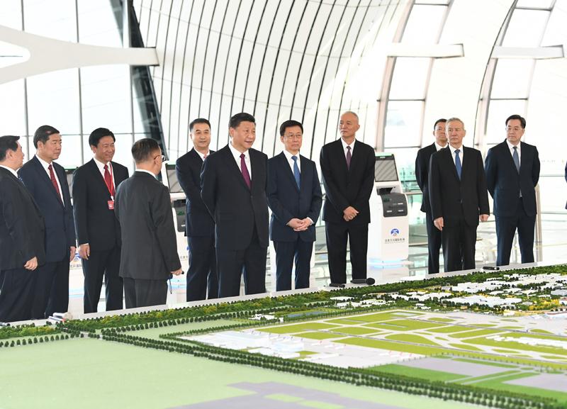 9月25日上午,北京大兴国际机场投运仪式在北京举行。中共中央总书记、国家主席、中央军委主席习近平出席仪式,宣布机场正式投运并巡览航站楼。这是习近平在综合交通中心听取机场综合交通体系建设情况介绍。