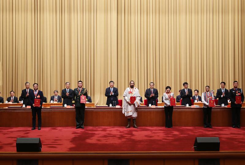 9月27日,全国民族团结进步表彰大会在北京举行。这是习近平等向受表彰的模范集体和模范个人代表颁奖。新华社记者 丁林 摄