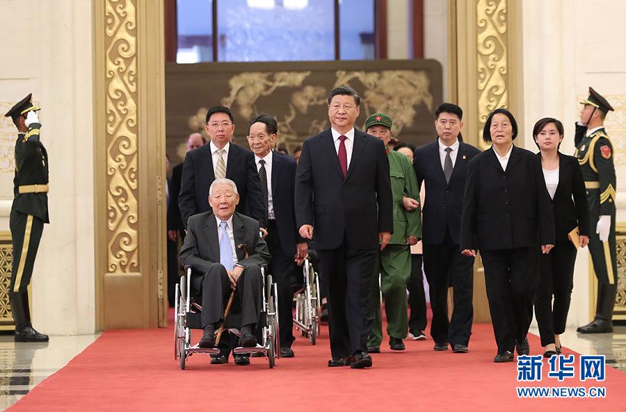 9月29日,中华人民共和国国家勋章和国家荣誉称号颁授仪式在北京人民大会堂金色大厅隆重举行。中共中央总书记、国家主席、中央军委主席习近平同国家勋章和国家荣誉称号获得者一同步入会场。