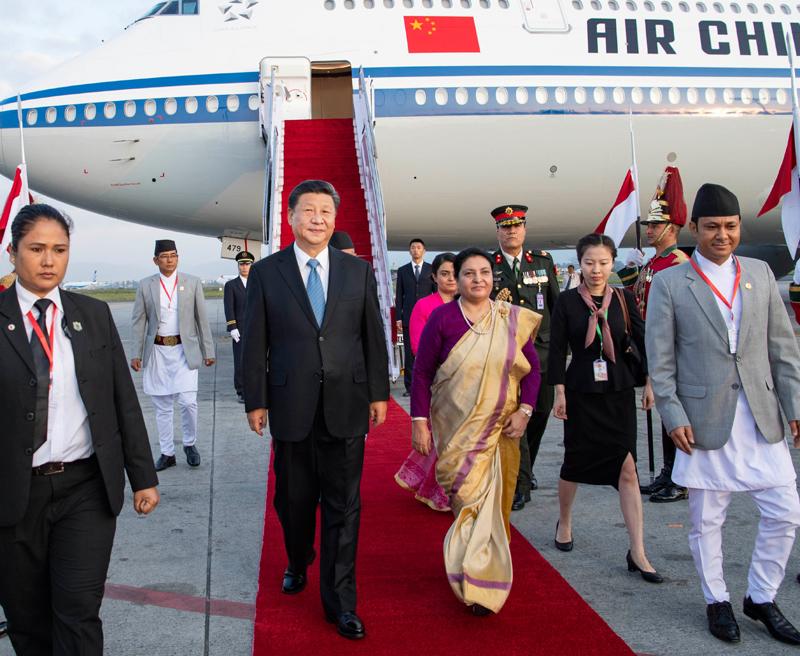 10月12日,国家主席习近平乘专机抵达加德满都,开始对尼泊尔进行国事访问。习近平步出舱门,尼泊尔总统班达里偕女儿乌莎在舷梯旁热情迎接。新华社记者 李涛 摄