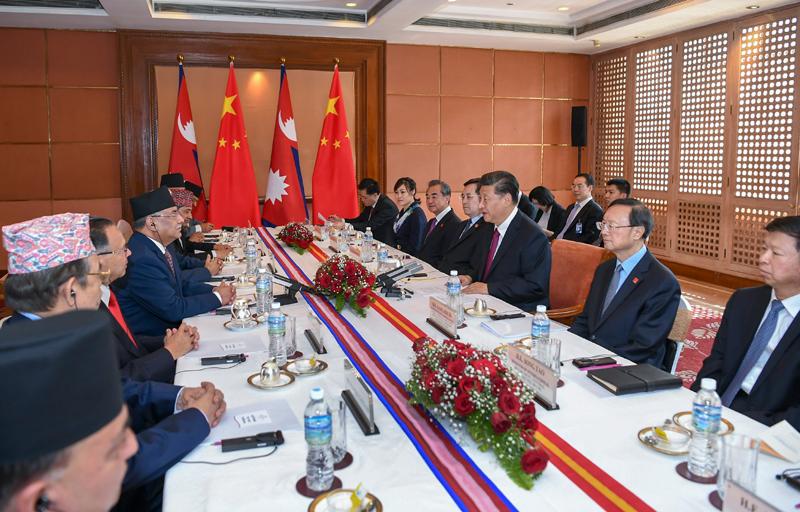 10月13日,国家主席习近平在加德满都下榻饭店会见尼泊尔共产党联合主席普拉昌达。新华社记者 谢环驰 摄